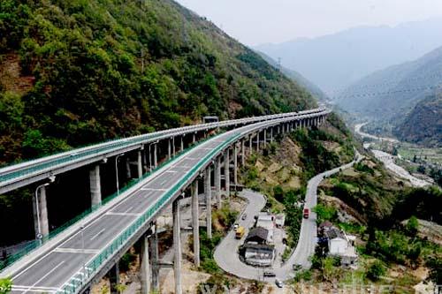 尤其是上下行停车视距是影响隧道行车安全的关键因素,它对隧道平曲线