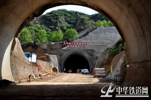 山体地势起伏较大,围岩类别Ⅴ级围岩,设计为单洞双线隧道,全长550米