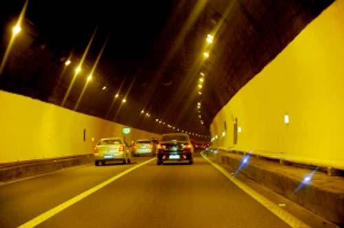 第二步,整治路面工程,安全设备,改变隧道形象.